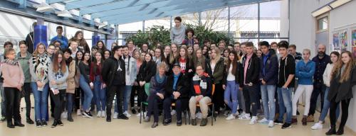 Schülerinnen und Schüler der Klassen 10 mit Yosef Aron