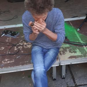 Saul repariert und testet seine Harp...die Dinger sind aber auch was von teuer...