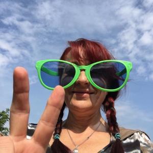 Eva...big green plastic glasses...die Brigadefotografin...