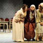 "Als Don Magnifico in Rossinis ""La Cenerentola"", Theater Erfurt 2013 - Cenerentola: Mireille Lebel, Tisbe: Katja Bildt, Clorinda: Julia Neumann - Foto: Lutz Edelhoff"
