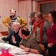 Das Team probt auch noch am Abend (Foto: Nele Tröger)