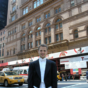Simon Reitmaier vor der Carnegie Hall New York