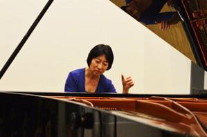 Die Pianistin Tomoko Ogasawara spielt Klavier