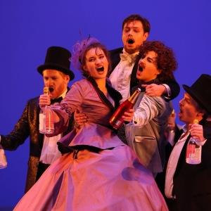 Die Fledermaus-Frank,Dr.Falke(Till Merlin Wagner),Adele(Sophie Bareis),Eisenstein(Veith Wagenführer),Orlovsky(Larissa Angelini)-Foto:Tom Kohler