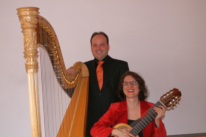 Regula Hauri, Gitarre/Gesang und Simon Bilger, Harfe