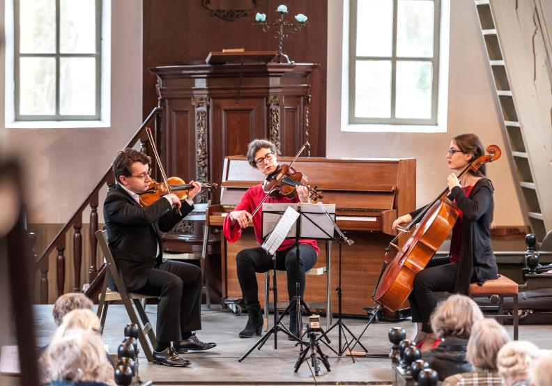 NNO String Trio Sergei Bolotny violin Ulrike Adam viola Noelle Weidmann cello