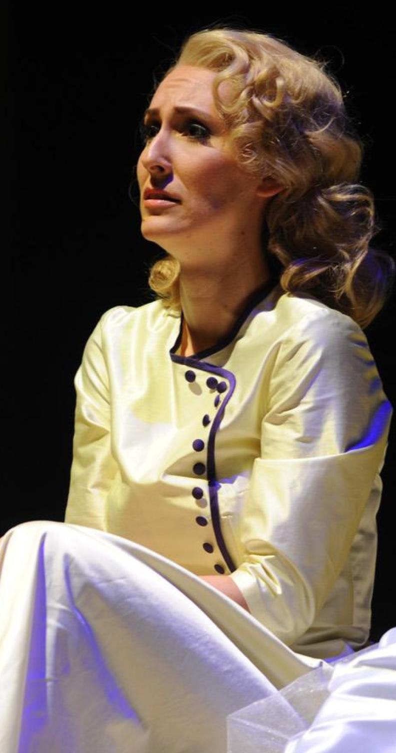 """Katja Bördner als """"Desdemona"""" in Verdis """"Otello"""", Regie: Bruno Berger-Gorski, Ausstattung: Barbara Bloch"""