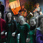Die Celtic Dancers feiern nach ihrem Auftritt mit Ferry2Kerry bei bester Livemusik noch weiter