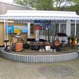 Absolut stabil: die Bühne im Innenhof der Rheinhausener Bezirksbibliothek - herzlich willkommen!