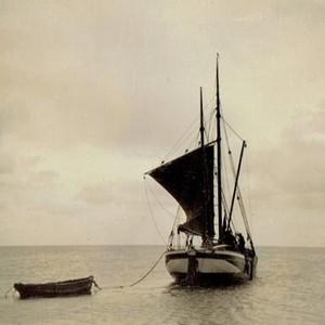 """Der Frachtsegler """"Magdalena"""" meines Urgroßvaters Hans Siewertsen. Mit dem nach seiner Ehefrau benannten Schiff fuhr er jahrzehntelang Güter aller Art vom Festland zum Munkmarscher Hafen. (Foto: Sammlung Ulrike Winger)"""