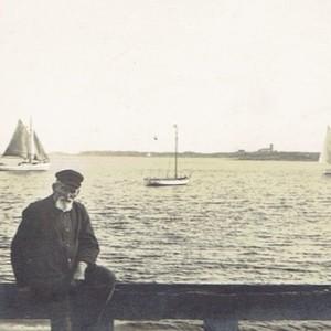 Blick vom Munkmarscher Hafen in die Keitumer Bucht. Vorne mein Urgroßvater, der Schiffszimmermann, Schiffer und Seehundjäger Hans Christian Thomsen. (Foto: Sammlung Wilhelm Borstelmann)
