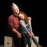 Apollo und Hyzinth am Theater Osnabrück (Rolle: Apollo, Foto: Uwe Lewandowski, rechts: Cecilia Rodriguez-Moran)