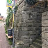 private Treppe bei Bushaltestelle