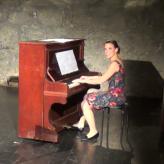 Elisabeth Wetzel, Gesang und Klavier