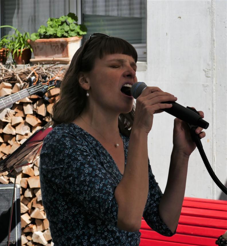 Elisabeth Wetzel singt mit ELIRO DADI